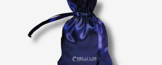 のサテンの巾着ポーチ ; 濃い青