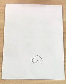 在纸上画出几个心形的草图,大小自己定,但不要太大。剪好作为模板。