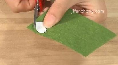 在不织布上按照模板剪出深绿色心形4片、草绿色心形4片。
