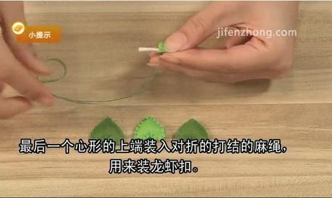 将两片相同颜色的心形不织布缝合在一起,塞入填充棉后缝好。